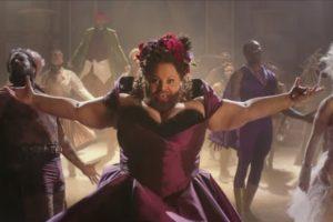 映画『グレイテスト・ショーマン』主題歌「This Is Me」をレティ役のキアラ・セトルが生で歌う秘蔵映像。その場にいた全員の大合唱にヒュージャックマンも大感激