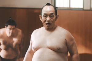 キンチョー 蚊がいなくなるスプレーTV-CM「力士」篇 笹野高史が力士に扮して投げ込みをする。前回同様に顔だけのはめ替え合成